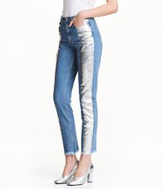 Denimblå/Silver. Ett par ankellånga 5-ficksjeans i tvättad denim med folieprint. Jeansen har hög midja, något lägre gren och avsmalnande ben. Rå, fransig