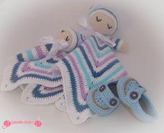 Manta de apego bebé dormilón realizada en ganchillo, con forma de estrella y carita de bebe dormilón, junto a sonajero a juego mas mocasines para bebe