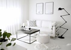 Kauniisti hallittu mustavalkoinen sisustus olohuoneessa