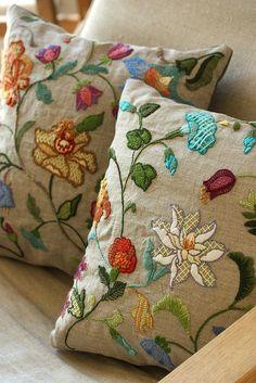 crewel embroidery pillow | Flickr: Intercambio de fotos
