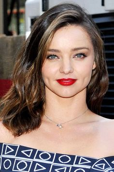 A side-part opens up Miranda Kerr's strong, gorgeous features. #refinery29 http://www.refinery29.com/2016/06/113510/celebrity-hair-part-pictures#slide-7