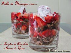 Trifle de morangos com suspiro de chocolate e creme de natas