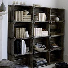 Une bibliothèque dans le salon à fabriquer avec des caisses en bois, c'est modulable et ça coûte 3 sous ! Empilées en 3 colonnes les caisses en bois peuvent être peintes ou passée à la lasure.