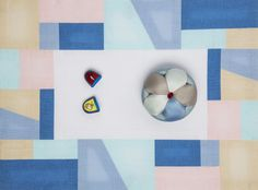 Modern colors and blocks on a mat. 삼각형과 사각형의 불규칙한 자투리 천 조각들을 이어붙여 완성시킨 조각보. 어린 시절 할머니의 손에서 한...