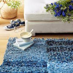 Aracell te muestra cómo hacer una alfombra con telas recicladas o sobrantes. Una solución económica y muy decorativa.