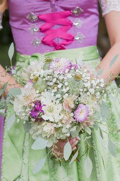 Natürlicher Brautstrauß aus Dahlien, Mohnkapseln und Schleierkraut bei www.weddingstyle.de | Foto: Barbara Meyer-Selinger Photographie