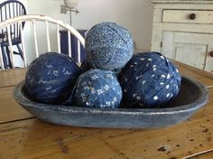 Early Blue Wooden Trencher with Blue Rag Balls Im Blue, Love Blue, Blue And White, Cottage Style Decor, Country Decor, Farmhouse Decor, Blue Hosta, Lady Sings The Blues, Primitive Gatherings