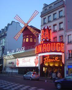 Uma das atrações imperdíveis em #Paris é com certeza o Moulin Rouge.