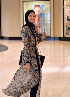 Hijab and abaya is the Muslim women attire that covers him. The trend of hijab and abaya is increase Hijab Look, Hijab Style, Hijab Chic, Abaya Style, Muslim Women Fashion, Islamic Fashion, Modest Wear, Modest Outfits, Abaya Fashion