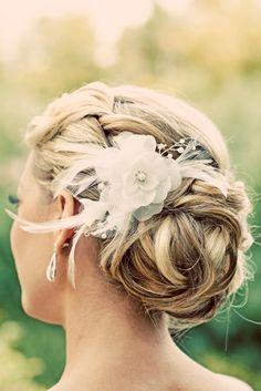 Haarknotenfrisur mit blondes Haar und weißer dekoriativer Blume