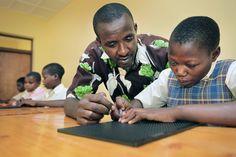Claudine werd blind als gevolg van een slangenbeet. Nu leert ze schrijven in Braille.