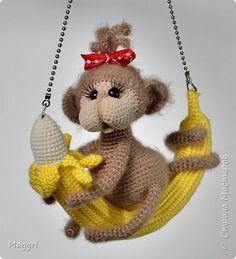 Обезьяна на банане. фото 1