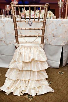 Cada detalhe do seu casamento é especial. Que tal decorar as cadeiras com babados e pedras brilhantes? #Decor #Wedding