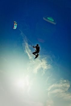 Kitesurfing at Queen's Beach by Turnmaster Tim on Flickr.