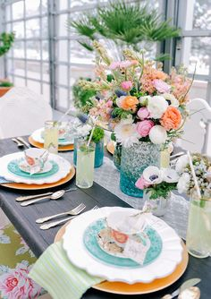We've just told you about beach table settings, and now let's have a look at just summer wedding tablescapes, which are not connected with seaside. Summer weddings mean lots of flowers and vivid colors Beach Table Settings, Beautiful Table Settings, Wedding Table Settings, Place Settings, Summer Table Decorations, Decoration Table, Bridal Shower Tea, Tea Party Bridal Shower, Tea Party Table
