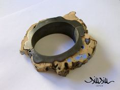 Brazalete articulado. Latón oxidado, yeso azul y corcho