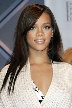 From braids to natural texture and long, sleek hair, too, Rihanna has tried every hairstyle going. British Vogue charts her best hairstyles from 2005 to From scarlet crops to peroxide waves and every hairstyle in between, this is Rihanna's best ever hair. Rihanna Hairstyles, Sleek Hairstyles, Celebrity Hairstyles, Wig Hairstyles, Straight Hairstyles, Mode Rihanna, Rihanna Riri, Rihanna Style, Young Rihanna