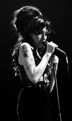 Quem nas próximas semanas estiver zanzando por Londres, não pode perder a mostra fotográfica The Day the Music Died (o dia em que a música morreu, em tradução livre) na Proud Camden. A badalada galeria inglesa organizou a exposição em homenagem à cantora Amy Winehouse, morta em 23 de julho...