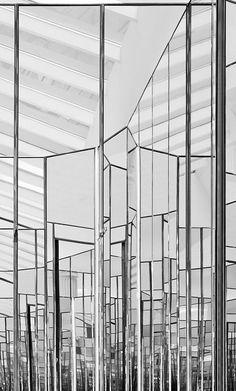 Mirror wall at saint laurent paris store new york, by hedi slimane mimari d Commercial Interior Design, Commercial Interiors, Retail Interior, Interior And Exterior, Paris Store, Mood Images, Mirror Effect, Saint Laurent Paris, Retail Shop