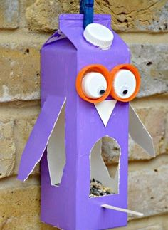 Create bird feeders for the courtyard. Easy Owl Bird Feeder made from a Milk Carton or Juice Carton. A great bird feeder craft for kids. Crafting with Milk Carton Ideas kids. Milk Carton Crafts, Milk Cartons, Crafts To Do, Arts And Crafts, Decor Crafts, Plate Crafts, Bird Feeder Craft, Birdhouse Craft, Summer Crafts