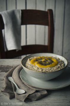sia´s soulfood foodblog: Couscous-Kokos-Porridge mit Mangomus und Chia-Same...