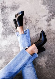 Shoes | Cropped jeans | Black mules | More on Fashionchick.nl
