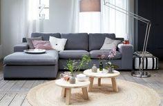 Mooie grijze bank gecombineerd met lichte houtkleur