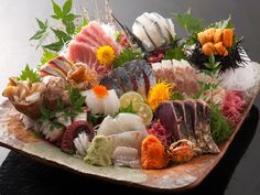 お刺身 Asain Food, Japanese Food Sushi, Sashimi Sushi, Sushi Platter, Sushi Lunch, Sushi Love, Sushi Art, Edible Food, Eating Raw