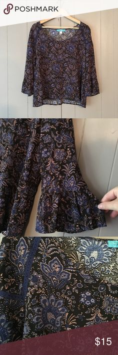 """Francesca's Boho Paisley Print Bell Sleeve Top Super chic and in excellent used condition. Buttons brand purchased from Francesca's. Armpit to armpit is 20"""". Length is 14"""". Offers are welcome. ☺️ Francesca's Collections Tops Blouses"""