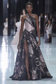 Ralph & Russo Couture - The Most Gorgeous Gowns From Paris Couture Week Spring 2018 - Photos Haute Couture Paris, Couture Week, Style Haute Couture, Spring Couture, Couture Fashion, Runway Fashion, Fashion Show, Paris Fashion, Fashion Outfits