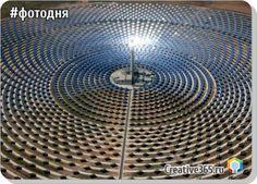 Первая в мире коммерческая солнечная электростанция Гемасолар, способная функционировать круглые сутки и в любую погоду. Фуэнтес-де-Андалусиа, Испания. Gemasolar состоит из тысяч квадратных метров зеркал (а не солнечных батарей). Эти зеркала ...