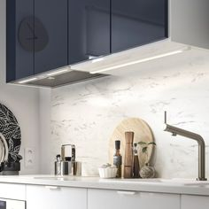See how we created this modern and minimalist small space kitchenette with IKEA JÄRSTA black blue fronts, clean lines, and integrated appliances. Kitchenette Ikea, Petite Kitchenette, Small Modern Kitchens, Kitchen Seating, Blue Cabinets, Kitchen Cabinets, Drawer Dividers, Marble Effect, Wet Rooms