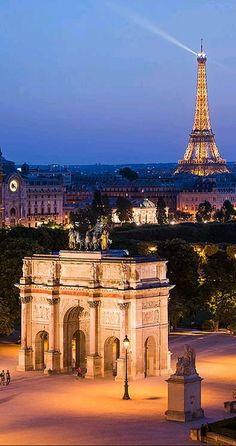 L'Arc de Triomphe et la tour Eiffel à la nuit tombante (Paris, France)