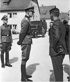 "gespensterdivision: "" SS-Hauptsturmführer Gross sizing up the new recruits. """