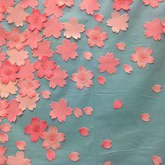 【kkk.natsu】さんのInstagramをピンしています。 《ディスプレイ。綺麗な水色の生地に貼ってみました。 #japanstyle #ディスプレイ #桜》