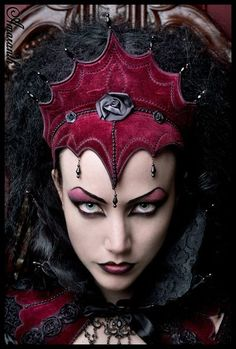 Evil Beautiful Red Queen Halloween Makeup Idea - piercing eyes