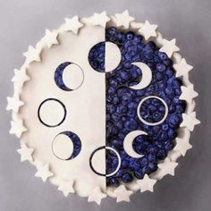 There are some who scoff at creating a pie for dessert with puff pastry. Blueberry pie is just one of my favourite desserts. Whenever your easy blueberry pie is completed, it has to rest until it's about room temperature. Just Desserts, Delicious Desserts, Dessert Recipes, Yummy Food, Dessert Food, Moon Pies, Pie Crust Designs, Pies Art, Cupcake Cakes