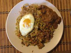 Bordje bami met sateh, gebakken ei, seroendeng en gebakken uitjes.