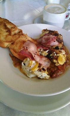 Desayuno de montaña. Huevos, tomates, queso y panceta.