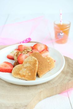 Yoghurt pannenkoeken met gemarineerde aardbeien. Voor een feestontbijt, Valentijn of gewoon omdat het kan. Geniet van je verwenontbijt. #valentijn Pancakes, Healthy, Breakfast, Desserts, Morning Coffee, Tailgate Desserts, Deserts, Pancake, Postres