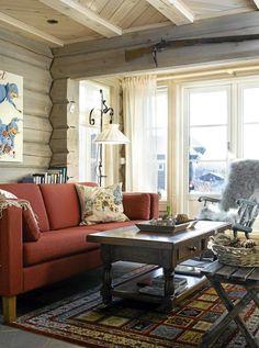 LUNT INTERIØR: Varme farger og ulltekstiler gir tømmerhytta et lunt interiør