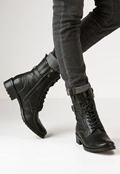black womens booties and ankle boots schwarze Damenstiefel und Stiefeletten Black Lace Boots, Black Combat Boots, Lace Up Ankle Boots, Black Laces, Womens Leather Combat Boots, Combat Boot Outfits, Winter Boots Outfits, Winter Shoes, Biker Boots Outfit