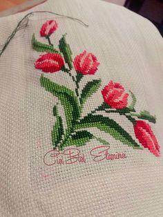 Cross Stitch Boarders, Geek Cross Stitch, Cross Stitch Flowers, Cross Stitch Patterns, Cross Stitch Embroidery, Hand Embroidery, Alice In Wonderland Cross Stitch, Christmas Cross, Applique Designs