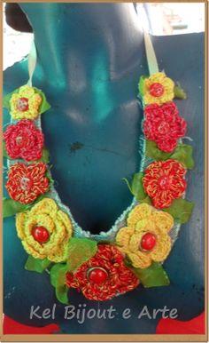maxi colar feito com tecido de jeans, flores de linha de algodão e botão como miolo da flor com folhas de tecido