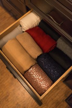 How to maximize Drawer Space Instead of stacking your clothes on top of each other, arrange them in the drawer so that you can easily see everything you have at first glance.  This also maximizes space as you will be able to hold more clothing in each drawer.  Try it, you'll see!