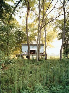 The height of the porch and the setting add some kind of adventurous  huckleberry finn feeling to it