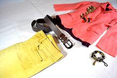 Der Gürtel Chess-I in braun kombiniert mit einer Lachsfarbenen Jacke und einer gelben Jeans.