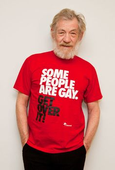 "Ian McKellen made geeks dream with his T-shirt ""I'm Gandalf and Magneto"". It is now up to Harrison Ford to respond to Ian McKellen a T-shirt ""I'm Han Solo, Indi Gandalf, Aragorn Lotr, Geek Shirts, Funny Shirts, Love Actually, Harrison Ford, Sherlock, Les Plus Vues, Sir Ian Mckellen"