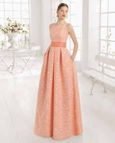 Vestido de brocado y pedreria. Color arena y rosa.