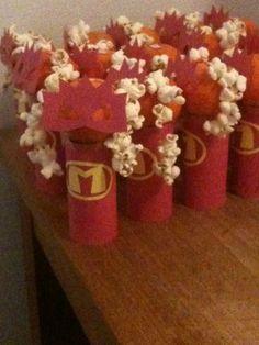 Mega Mindy Maderijtje met masker van Mega Mindy. Het popcorn is het blonde haar van de heldin Superhero Party, Party Themes, Birthday, Diy, Fiestas, Superheroes, Birthdays, Bricolage, Do It Yourself